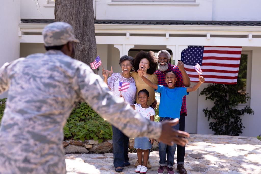 militaire reviens de la guerre et retrouve sa famille